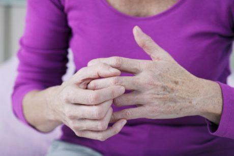 ūmaus artrito pirštas pastovus skausmas dešinės peties sąnario
